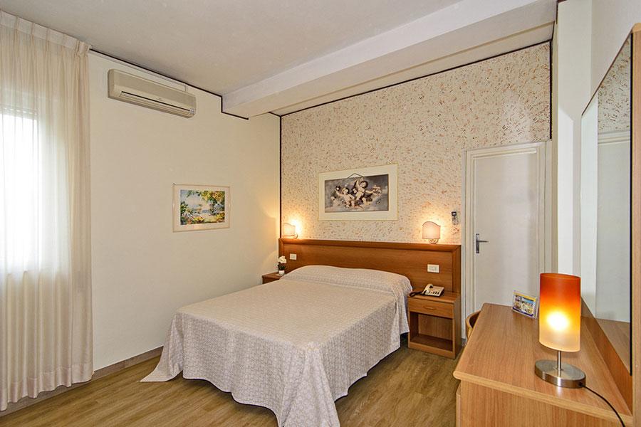 Hotel a Lido di Camaiore, camera matrimoniale dell' hotel Biagi
