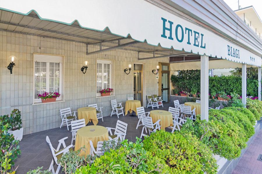 Hotel a Lido di Camaiore, veranda dell' hotel Biagi