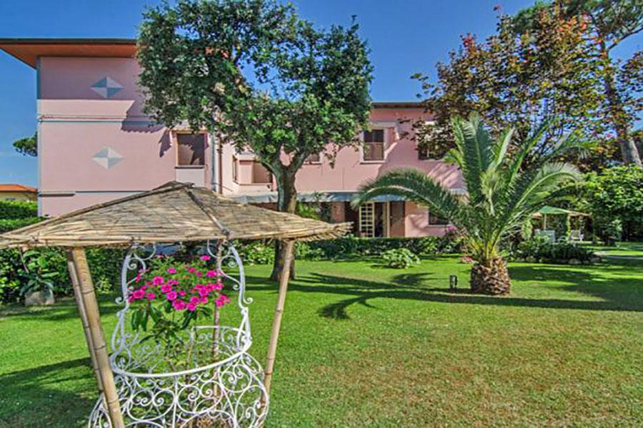 Hotel a Forte dei Marmi, giardino hotel Ambra